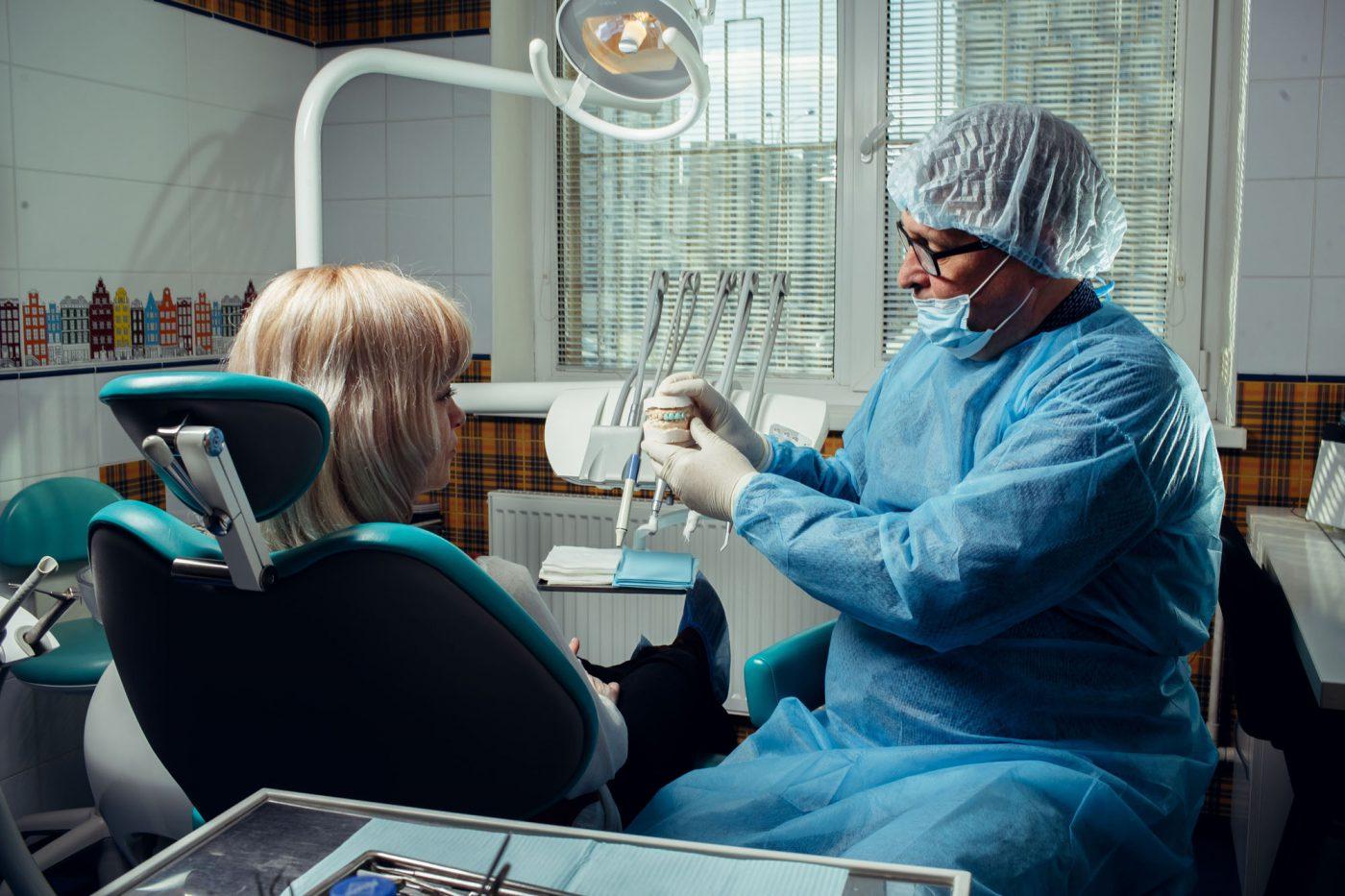 Врач в стоматологическом кабинете